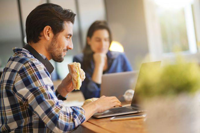 Covid-19: les salariés peuvent déjeuner dans les espaces de travail